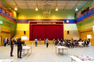 コロンビアインターナショナルスクール 体育館内 学校説明会の様子